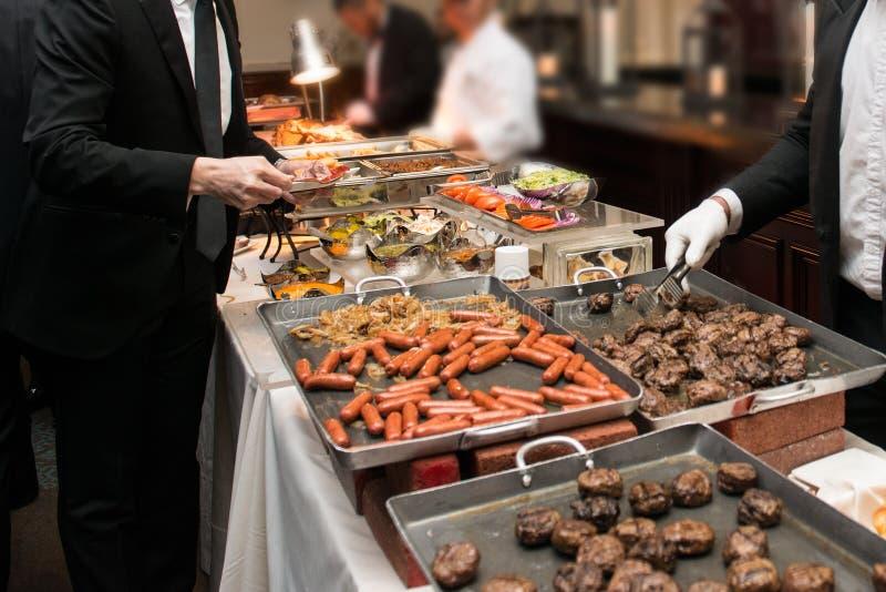 Leute, die Lebensmittel in der Buffet-Verpflegung speist nehmen, Partei essend Ereignis-Buffet-Konzept stockbild