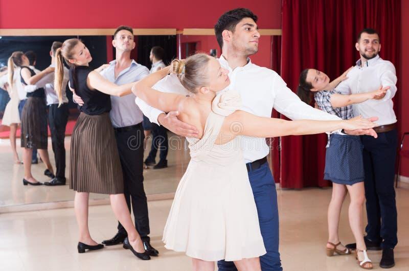 Leute, die lernen, Walzer zu tanzen stockfotos