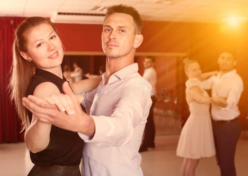 Leute, die lernen, Walzer zu tanzen lizenzfreie stockfotos