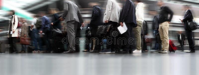 Leute, die in Linie, Reisende in der Reihe warten stockbild