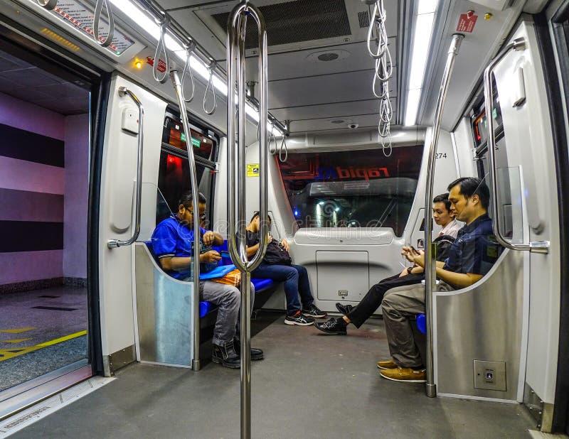 Leute, die in LRT-Zug sitzen stockfotografie