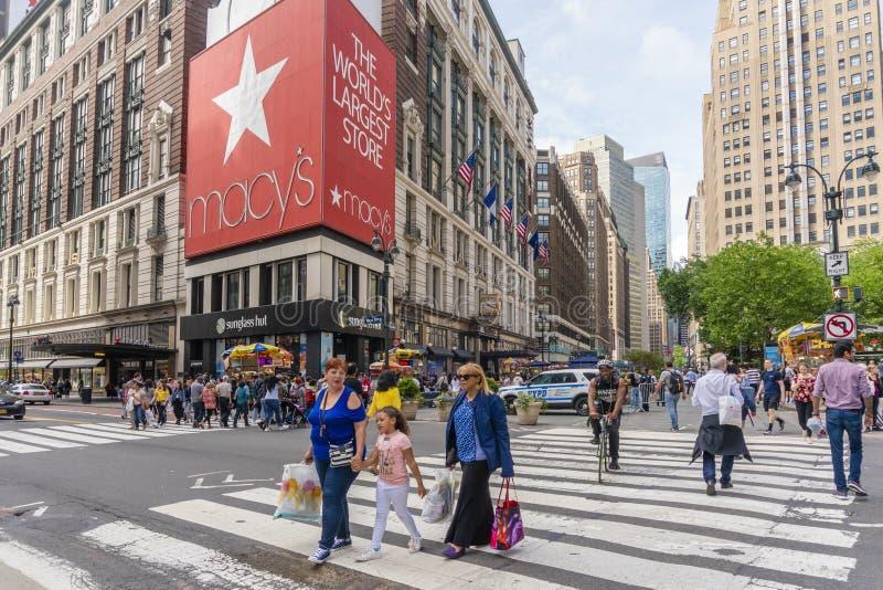 Leute, die an Macy-` s Kaufhaus in New York City kaufen stockfotos