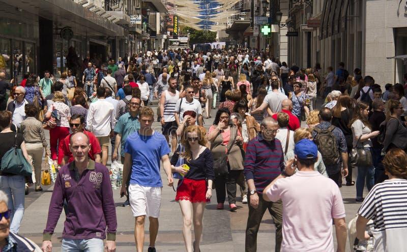 Leute, die in Madrid, Spanien kaufen lizenzfreie stockbilder