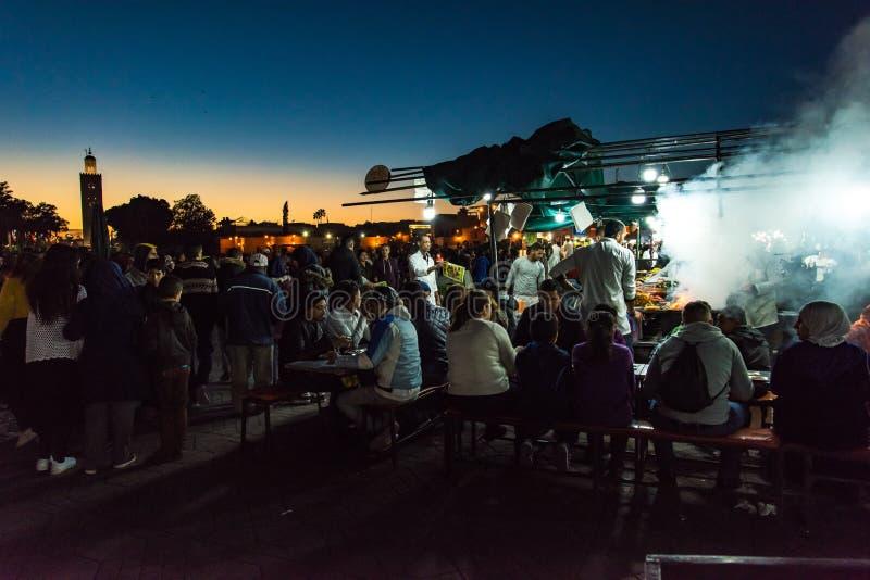 Leute, die am Marokko-Straßenlebensmittelmarkt essen lizenzfreie stockfotografie