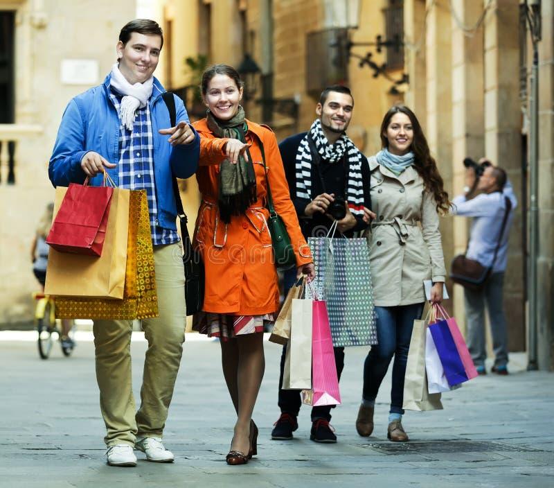 Leute, die mit Einkaufstaschen gehen lizenzfreies stockfoto