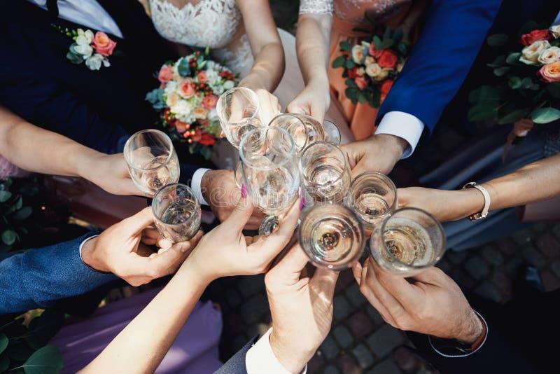 Leute, die mit Gläsern Weißwein rösten stockbilder
