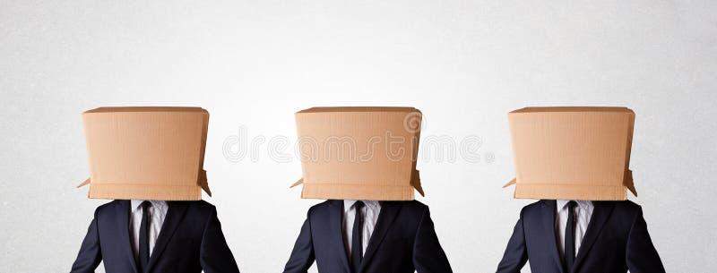 Leute, die mit leerem Kasten auf ihrem Kopf gestikulieren lizenzfreies stockfoto