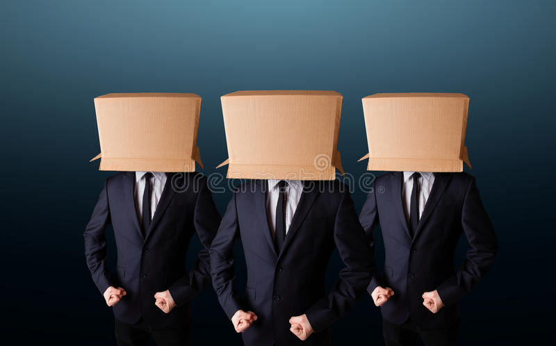 Leute, die mit leerem Kasten auf ihrem Kopf gestikulieren stockbilder
