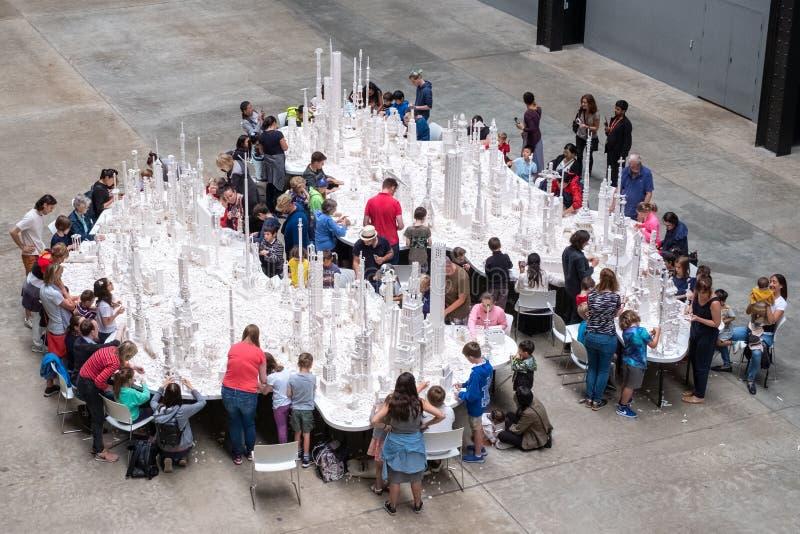 Leute, die mit weißen Lego-Ziegelsteinen in der Turbine Hall bei Tate Modern, London Großbritannien spielen stockbilder