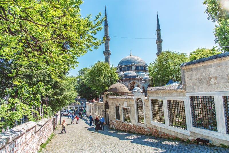 Leute, die nahe dem Eyup Sultan Mosque gehen lizenzfreie stockbilder