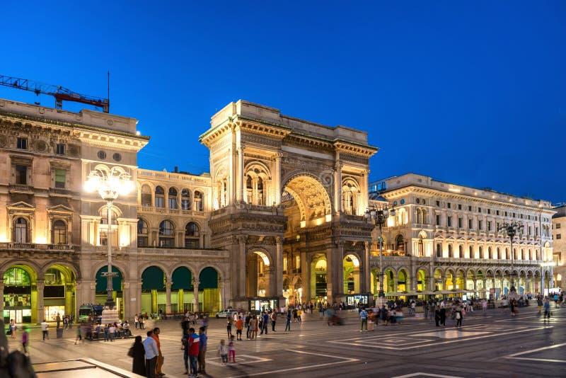 Leute, die nahe Galerie Vittorio Emanueles II gehen lizenzfreies stockfoto