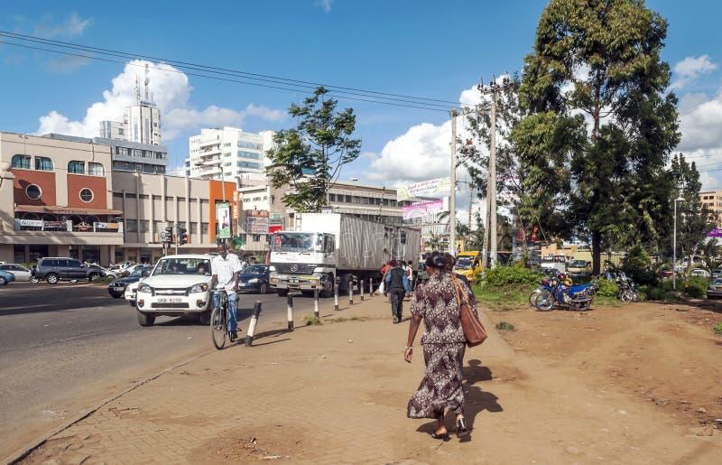 Leute, die in Nairobi gehen stockfoto