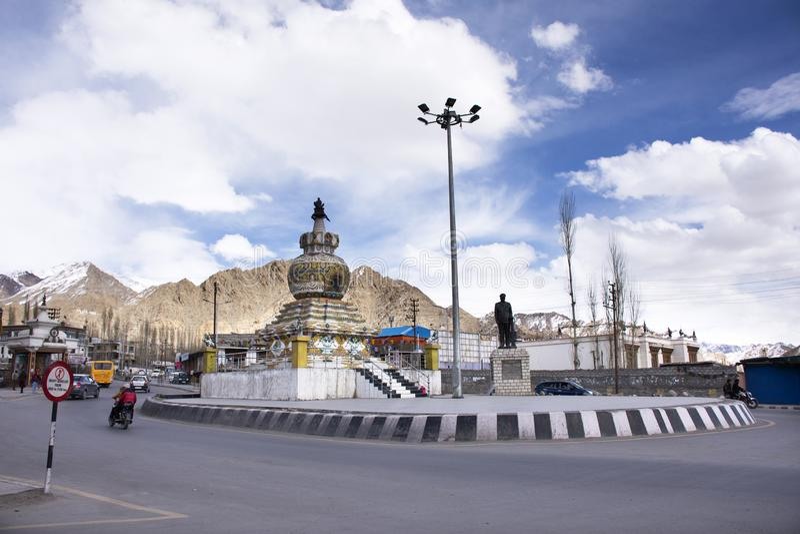 Leute, die neben Skara-Straße mit Verkehr nahe Karussell Kalachakra Stupa an Dorf Leh Ladakh in Jammu und Kashmir, Indien gehen lizenzfreies stockfoto