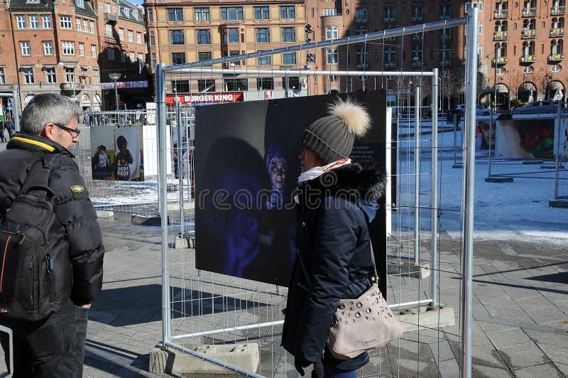 LEUTE, DIE NOCH TRÄUMER DES FOTO-EXHIBTION BETRACHTEN lizenzfreie stockbilder