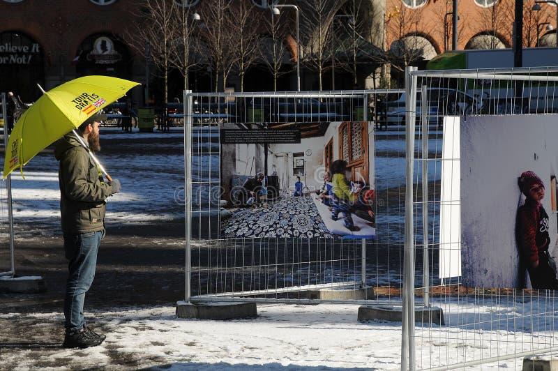 LEUTE, DIE NOCH TRÄUMER DES FOTO-EXHIBTION BETRACHTEN stockfoto