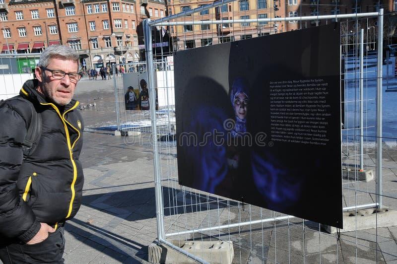 LEUTE, DIE NOCH TRÄUMER DES FOTO-EXHIBTION BETRACHTEN stockfotografie