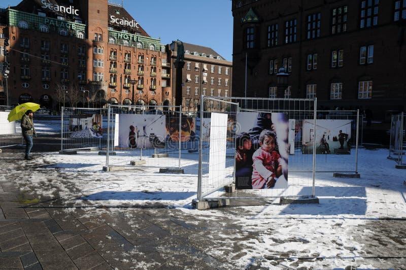 LEUTE, DIE NOCH TRÄUMER DES FOTO-EXHIBTION BETRACHTEN lizenzfreies stockfoto