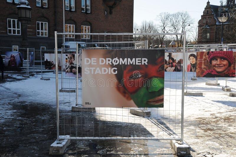 LEUTE, DIE NOCH TRÄUMER DES FOTO-EXHIBTION BETRACHTEN lizenzfreie stockfotos