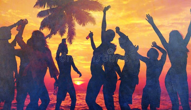 Leute, die Partei durch den Strand genießen stockbilder