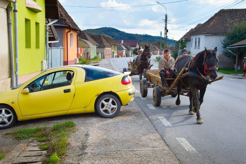 Leute, die Pferdewarenkorb fahren rumänien lizenzfreie stockbilder