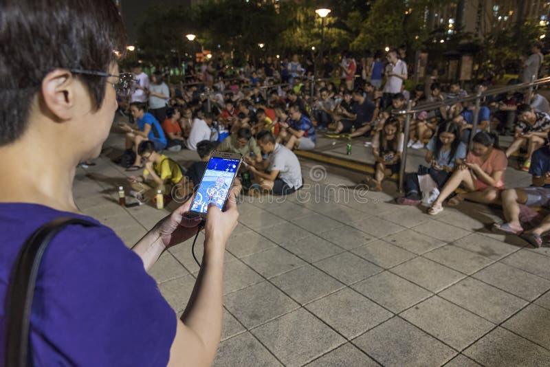 Leute, die Pokemon im Park spielen lizenzfreies stockbild