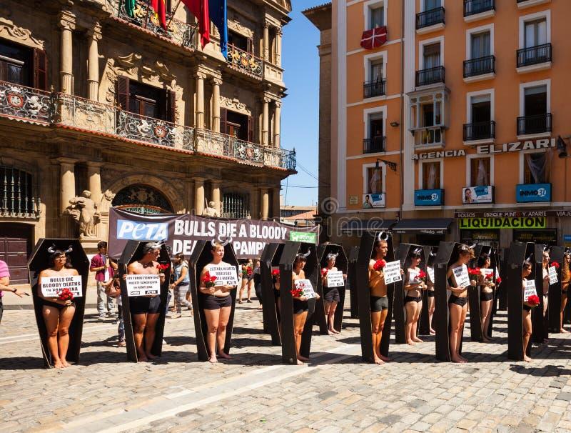 Leute, die Protest gegen Stierkampf protestieren lizenzfreie stockfotos
