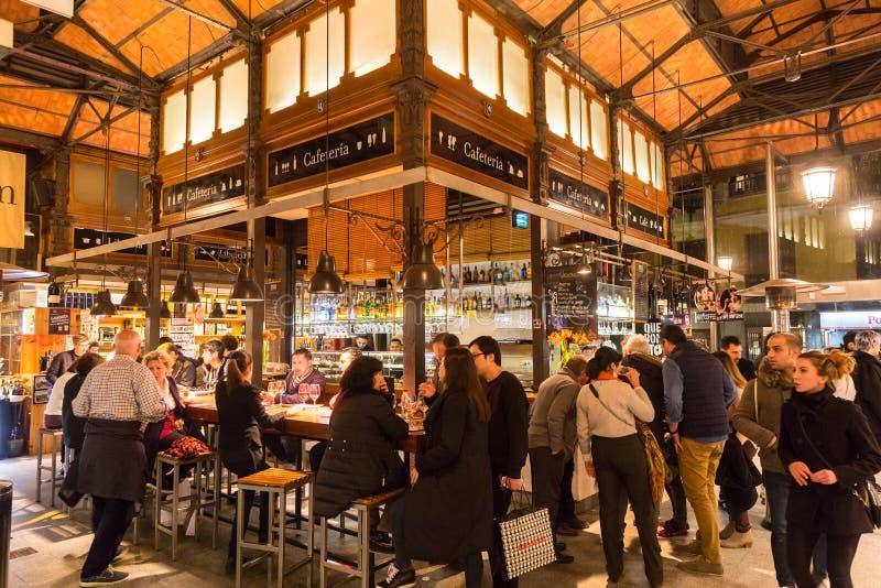 Leute, die an San Miguel Markt, Madrid trinken und essen stockbild