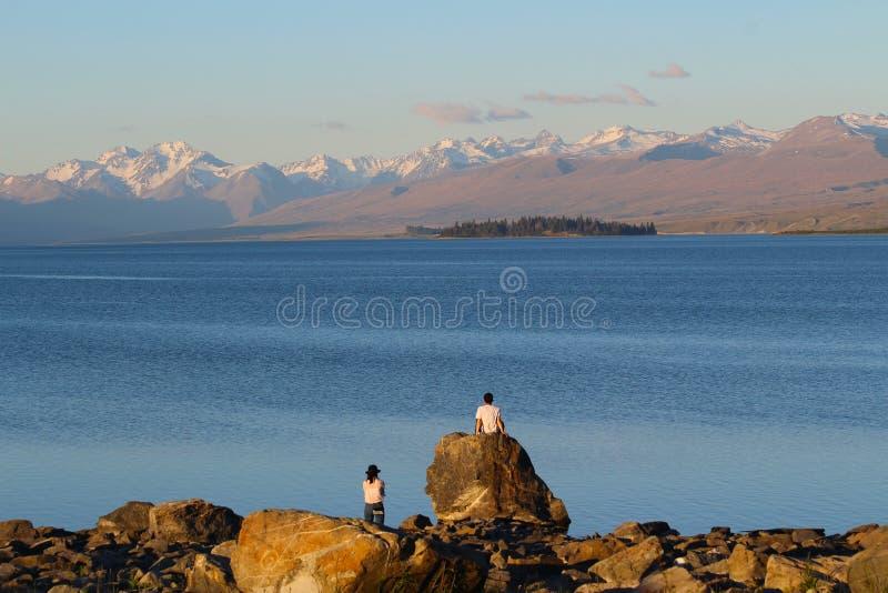 Leute, die die Schönheit der Neuseeland-Landschaft bewundern See Tekapo, Neuseeland lizenzfreie stockbilder