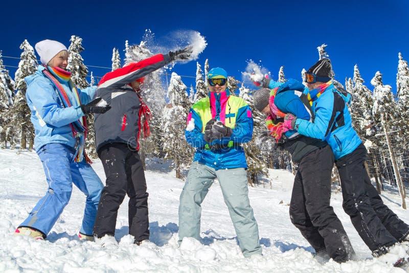 Leute, die Schneeballkampf haben stockbilder