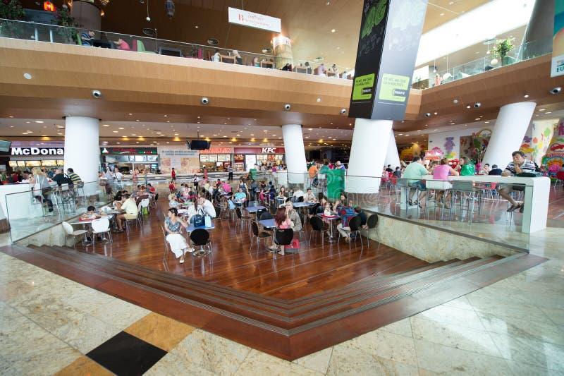 Leute, die Schnellimbiß in Baneasa-Einkaufszentrum kaufen lizenzfreie stockfotos