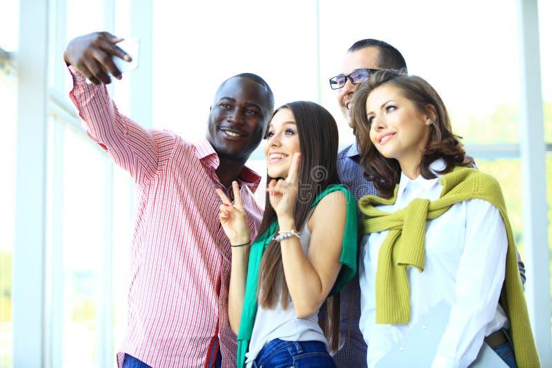 Leute, die selfie bei der Sitzung nehmen stockfotografie