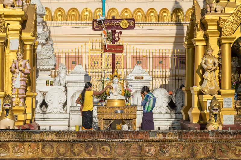 Leute, die an Shwedagon-Pagode in Rangun, Birma Myanmar beten lizenzfreies stockfoto