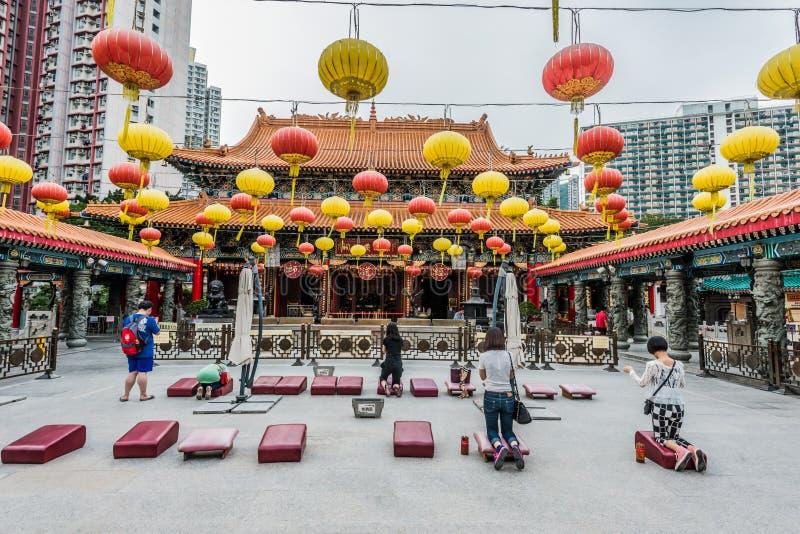 Leute, die Sik Sik Yuen Wong Tai Sin Temple Kowloon Hong Kon beten stockfoto
