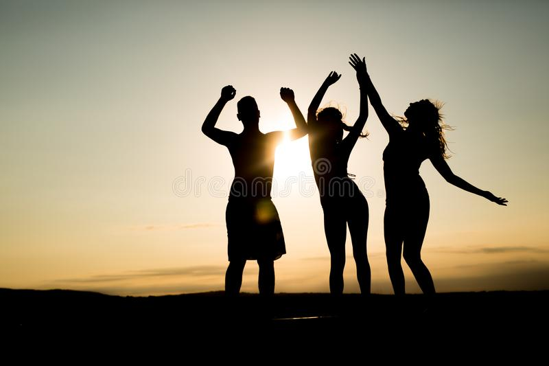 Leute, die in Sommer tanzen lizenzfreies stockfoto