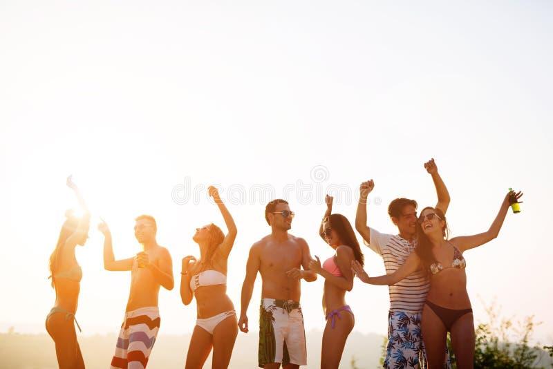 Leute, die in Sommer tanzen stockfotografie