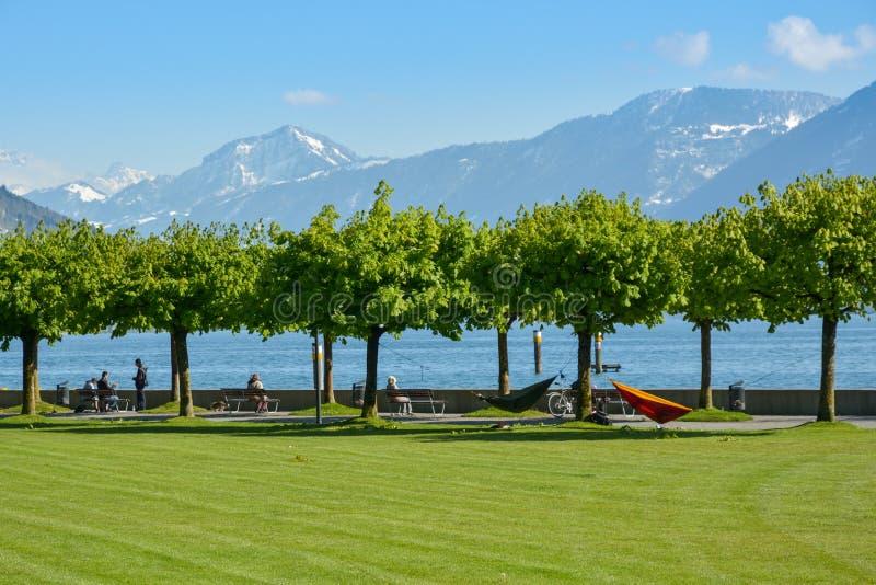 Leute, die sonnige Tage im Cham, die Schweiz genießen stockfotos