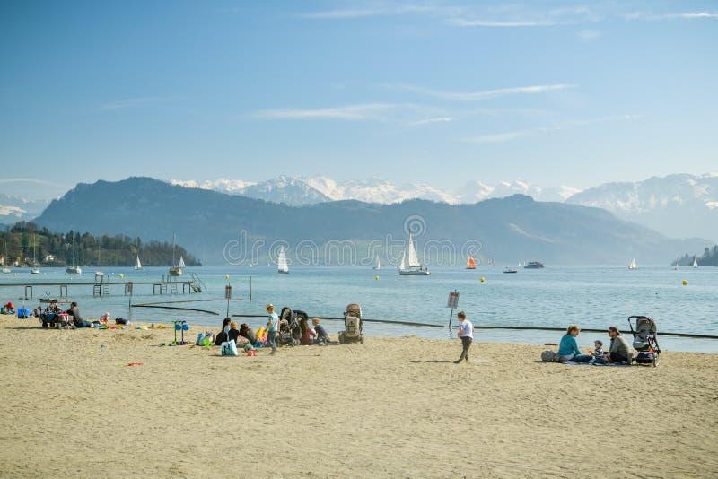 Leute, die sonniges Wetter in Lido in Luzern genießen lizenzfreie stockbilder
