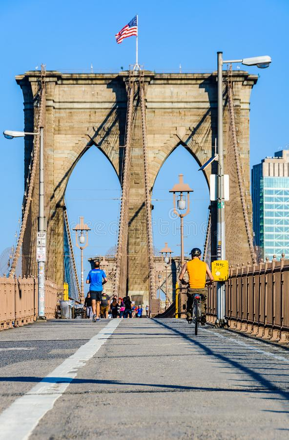 Leute, die Sport auf der Brooklyn-Brücke, NYC, USA tun lizenzfreie stockbilder