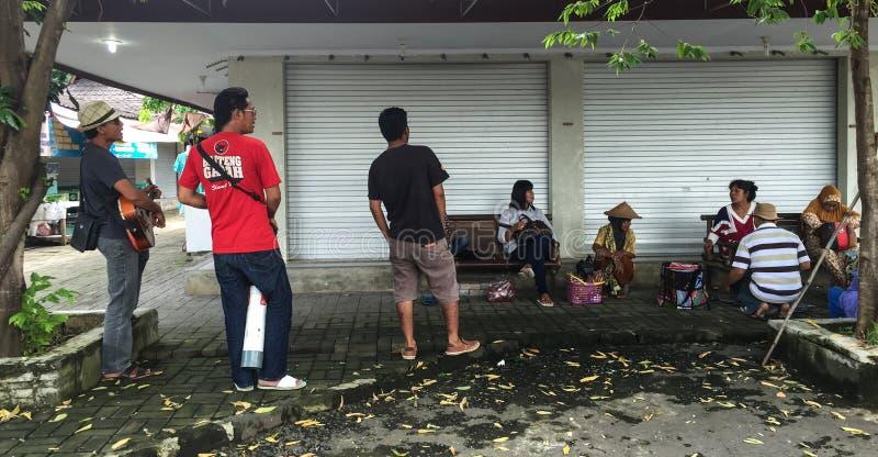 Leute, die am Straßenmarkt in Jogja, Indonesien sitzen lizenzfreie stockfotografie
