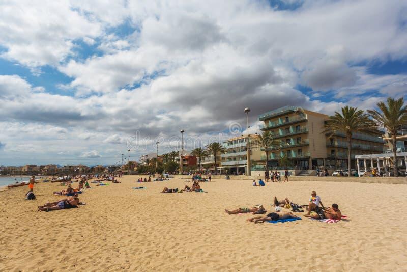 Leute, die am Strand von Playa De Palma stillstehen stockbild