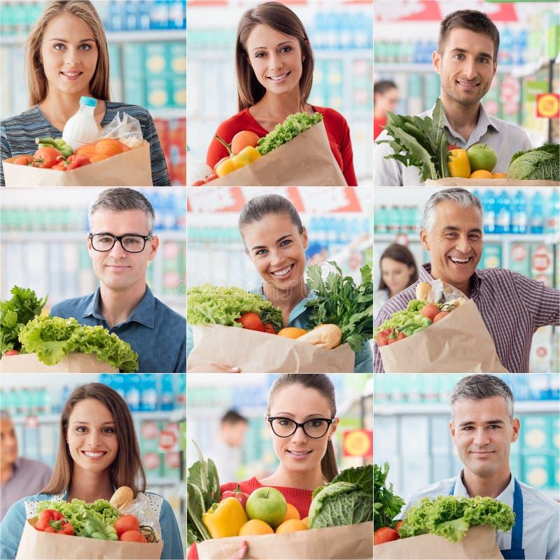 Leute, die am Supermarkt kaufen stockbild