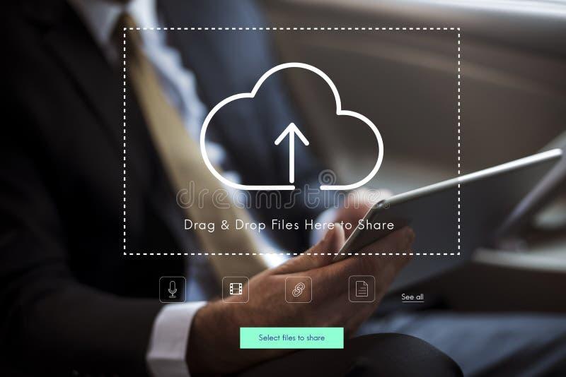 Leute, die Technologie-Digital-Gerät mit Wolken-Datenverarbeitungsikone verwenden stockfotografie