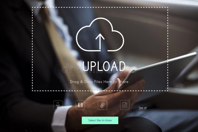 Leute, die Technologie-Digital-Gerät mit Wolken-Datenverarbeitungsikone verwenden lizenzfreie stockfotos