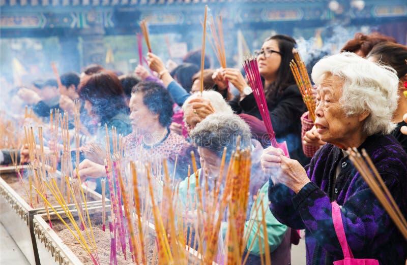 Leute, die am Tempel beten lizenzfreie stockfotografie