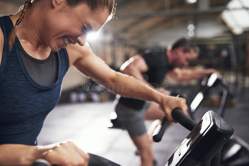 Leute, die trainig auf exercycle in der Turnhalle tun stockfotos