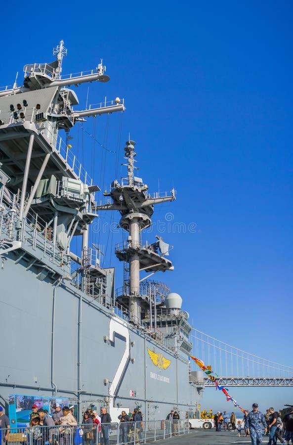 Leute, die USS Essex besuchen stockbilder