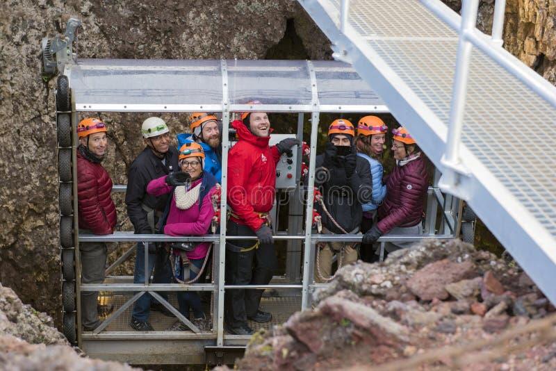 Leute, die vom Vulkan triumphiert haben lizenzfreies stockfoto