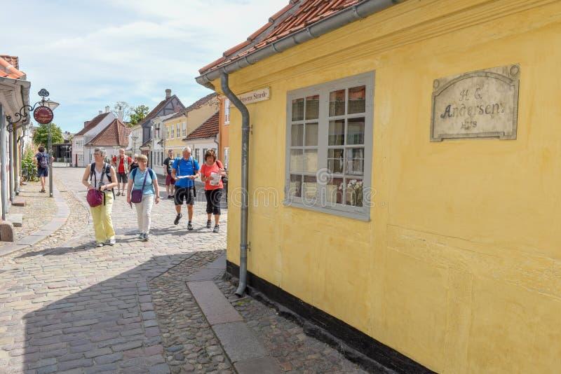 Leute, die vor Verfasser H gehen C Andersens Haus in Odense auf Dänemark lizenzfreie stockbilder