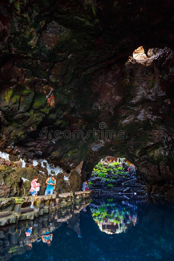 Leute, die vulkanische Höhle in Jameos Del Agua, Lanzarote, Kanarische Inseln, Spanien besuchen lizenzfreie stockbilder
