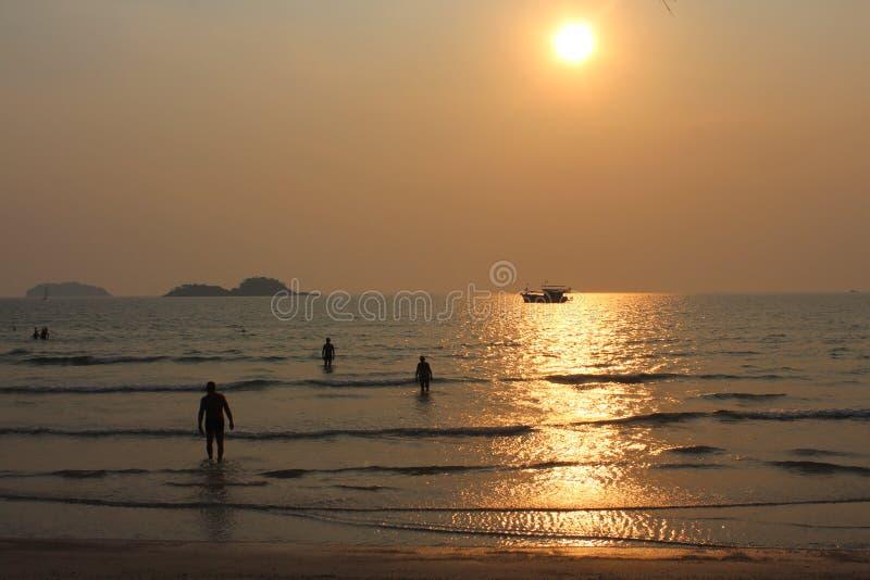 Leute, die während des Sonnenuntergangs in Thailand-Bucht schwimmen stockbilder